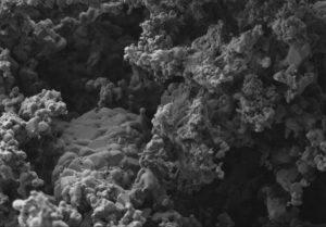 Kristalle auf der gesinterten Filterwand